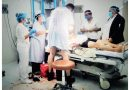 VALEROSO MÉDICO SE LEVANTA DE SU CAMILLA PARA ATENDER A OTRO PACIENTE GRAVE EN HOSPITAL